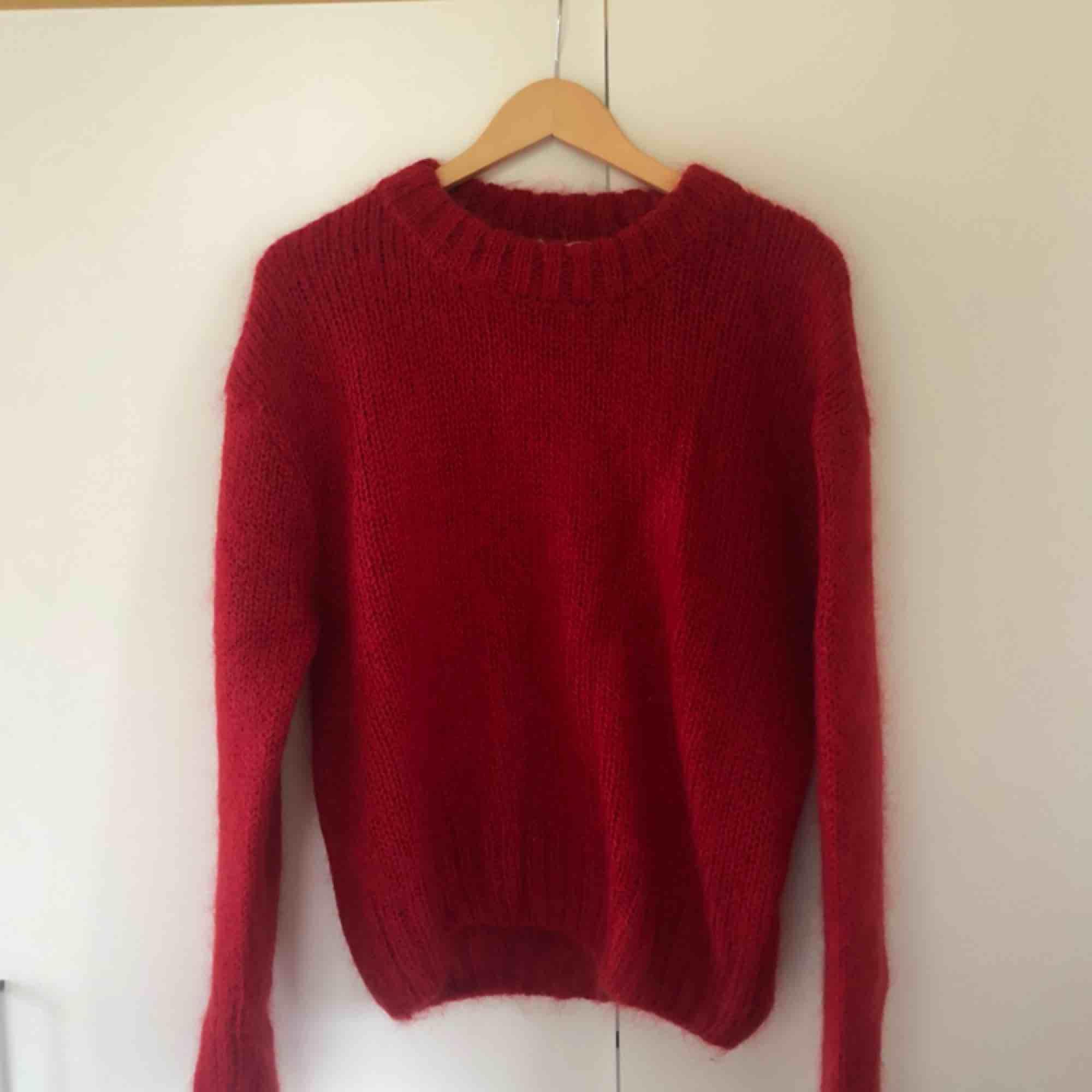 Superfin röd stickad från HM i muhair. Superbra skick. Otroligt varm och skön. Storlek S. Köparen står för frakt. Stickat.