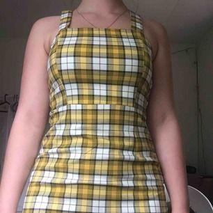 Super fin klänning i nyskick köppt här på plick men kommer inte till användning, står att det är storlek 34 men skulle säga att den passar 36 oxå, skriv för föer bilder eller vid intresse !