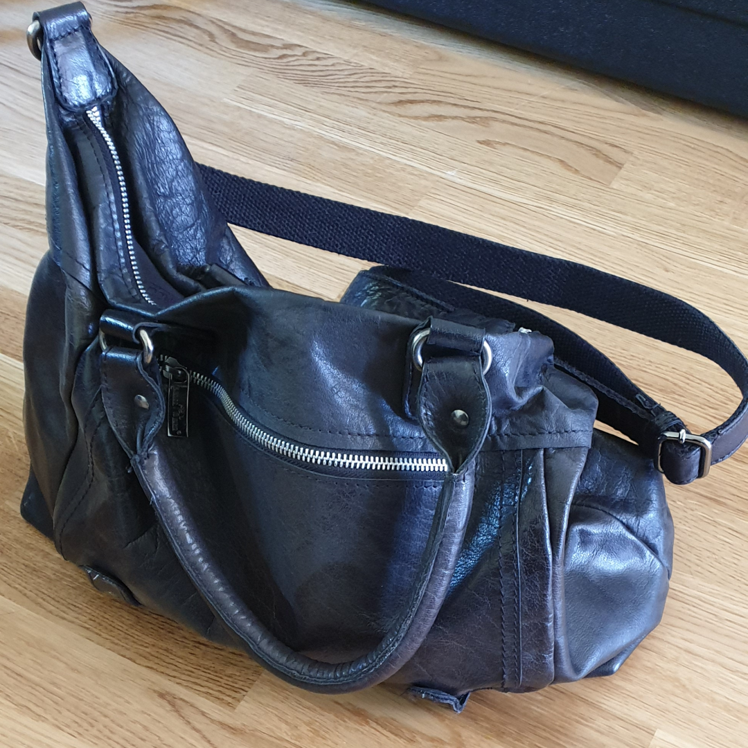 Leather purse in perfect condition. Bought a couple of years ago, used some but not much. I'm selling it because I don't want to own leather anymore,otherwise I have loved it. . Väskor.