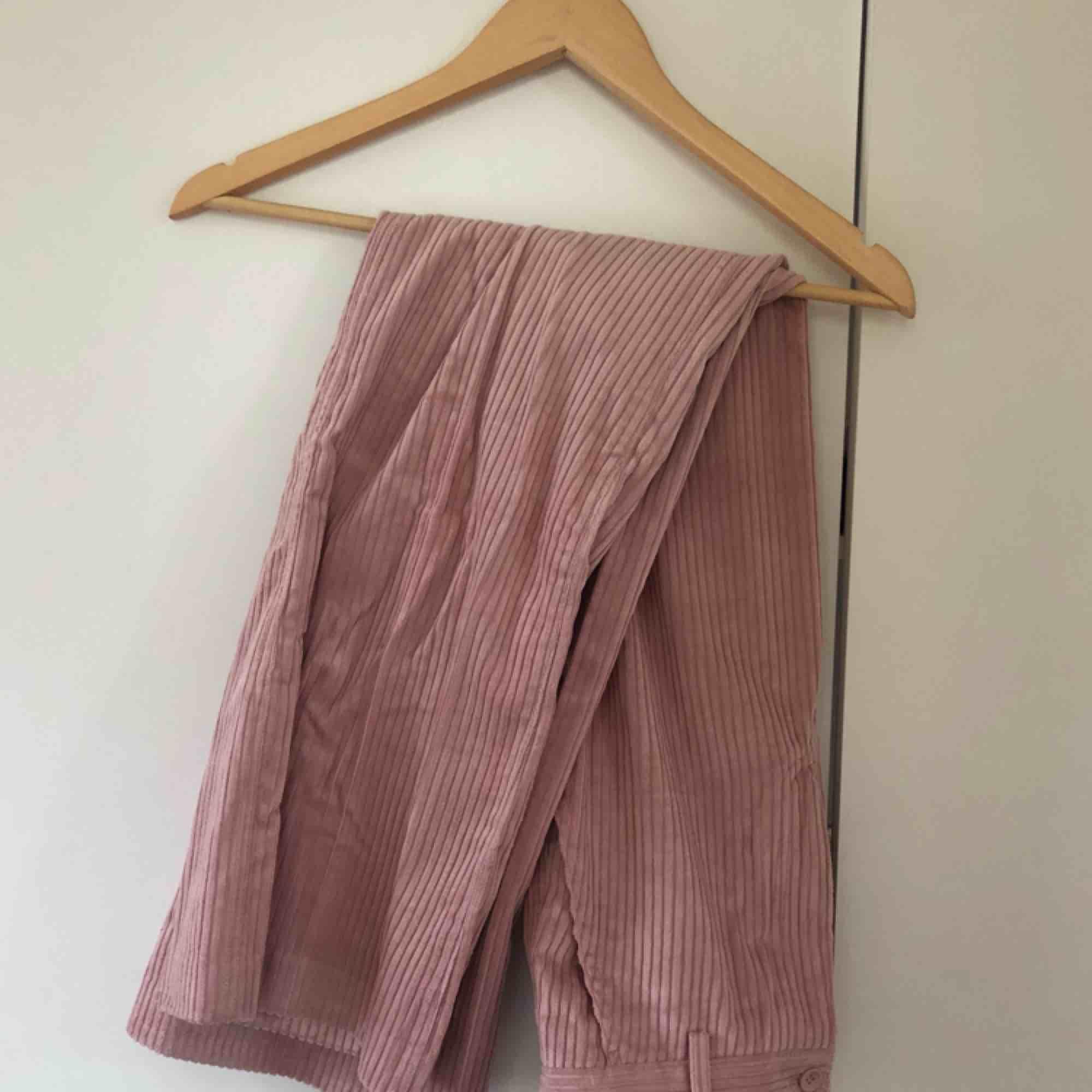 Jättefina ljusrosa manchesterbyxor från HM. Höjmidjade med flare ben. Storlek 34. Superfint skick. Köparen står för frakt. Jeans & Byxor.