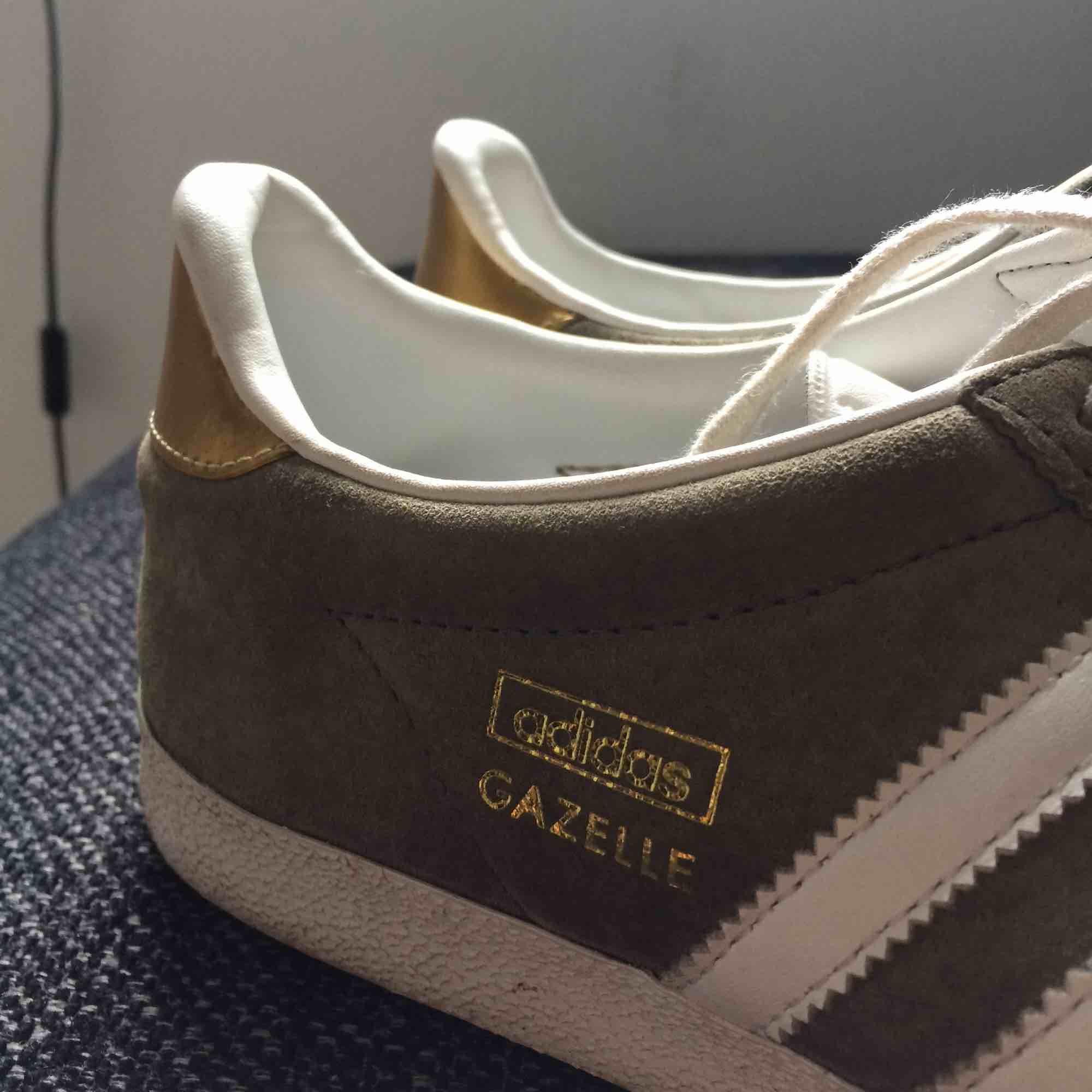 Säljer mina gråa Adidas Gazelle med gulddetaljer pga kommer ej till användning😩 Supersnygga och i bra skick! Köparen står för frakt:) Storlek 40 men skulle säga att det är en liten 40 som passar 39 också! . Skor.