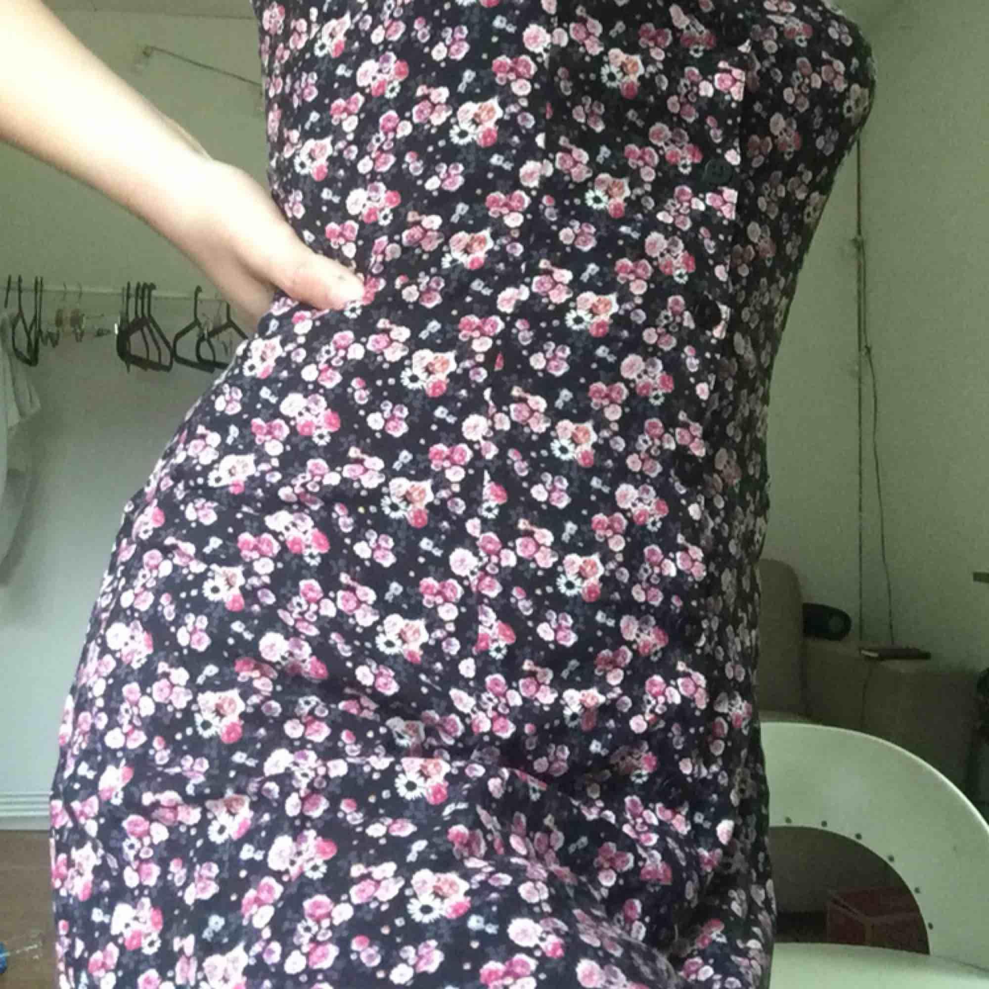 Super fin klänning som ser vintage ut, kommer inte till använding skriv för mer info eller vid intresse :). Klänningar.