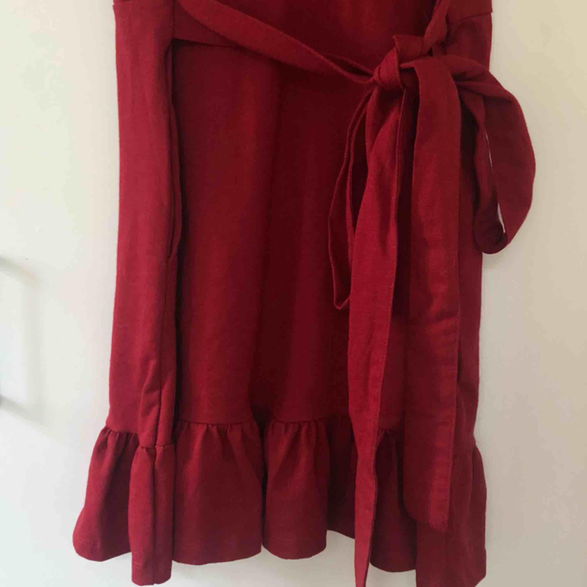Superfin röd klänning i storlek 38 från HM. Aldrig använd, så väldigt fint skick. Köparen står för frakt. Klänningar.