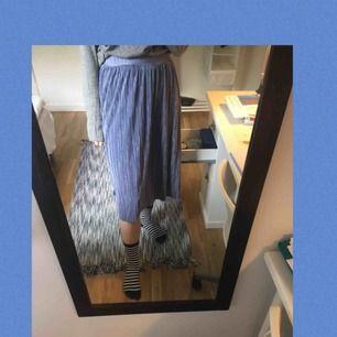 En fin blå-lila kjol från nakd. I toppenskick! Priset inkluderar frakt⭐️