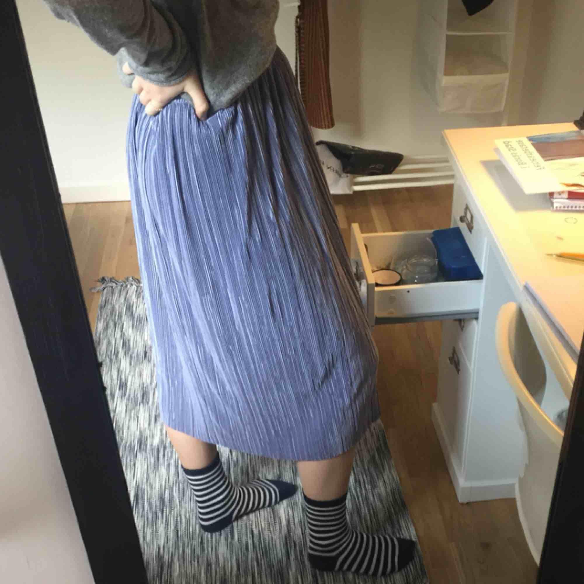En fin blå-lila kjol från nakd. I toppenskick! Priset inkluderar frakt⭐️. Kjolar.