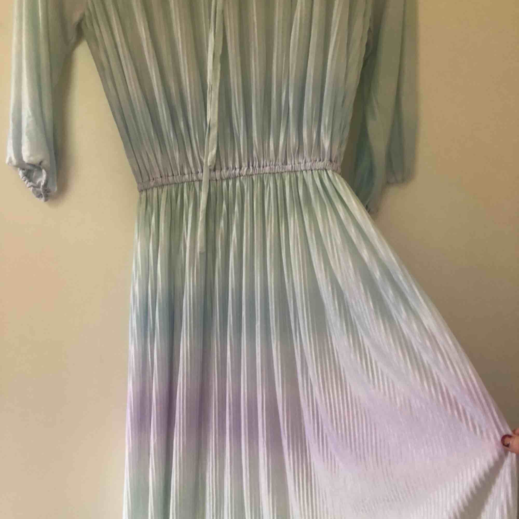 Supervacker transparent klänning i pastellila, mintgröna och ljusblå. Resårband vid midjan. Passar mig som är XS/S, skulle säga att den passar en medium också. Vintage. . Klänningar.
