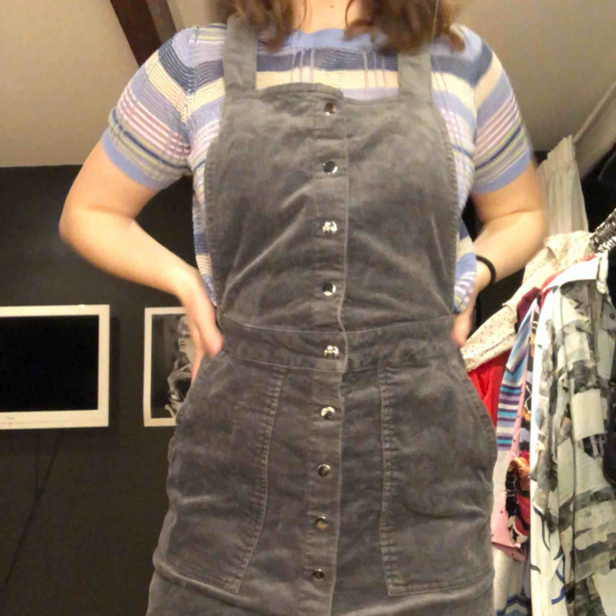 Hängselklänning från Gina Tricot. Kan möta upp i Göteborg, frakt ingår inte i priset :). Klänningar.