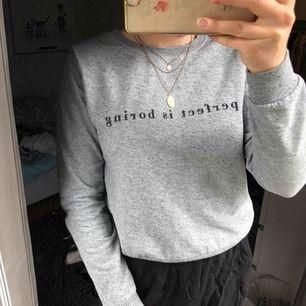 Fin tröja, i fint skick! Använder inte längre, säljer pga av det! Bra i storleken. Lite för liten för mig som oftast har storlek M🤩🤩