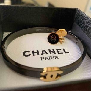 Chanel bangle med örhängen (oäkta!) rostfritt stål och hypoallergenic..box ingår. Frifrakt!