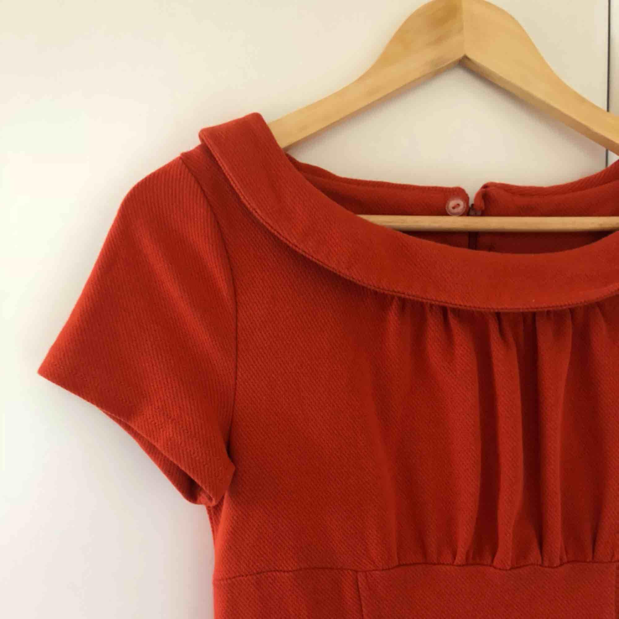 Söt orange 60-tals inspirerad minidress. Storlek 36 från HM. Köparen står för frakten . Klänningar.