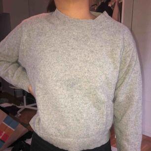 Grå stickad tröja från uniqlo. Jätteskön och varm. Passar till allt!