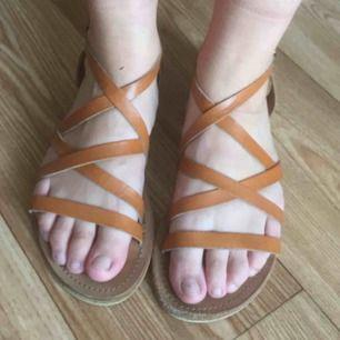 Sandaler i läder från indiska! Använd en sommar men är i mycket gott skick! Frakt: 63 kr