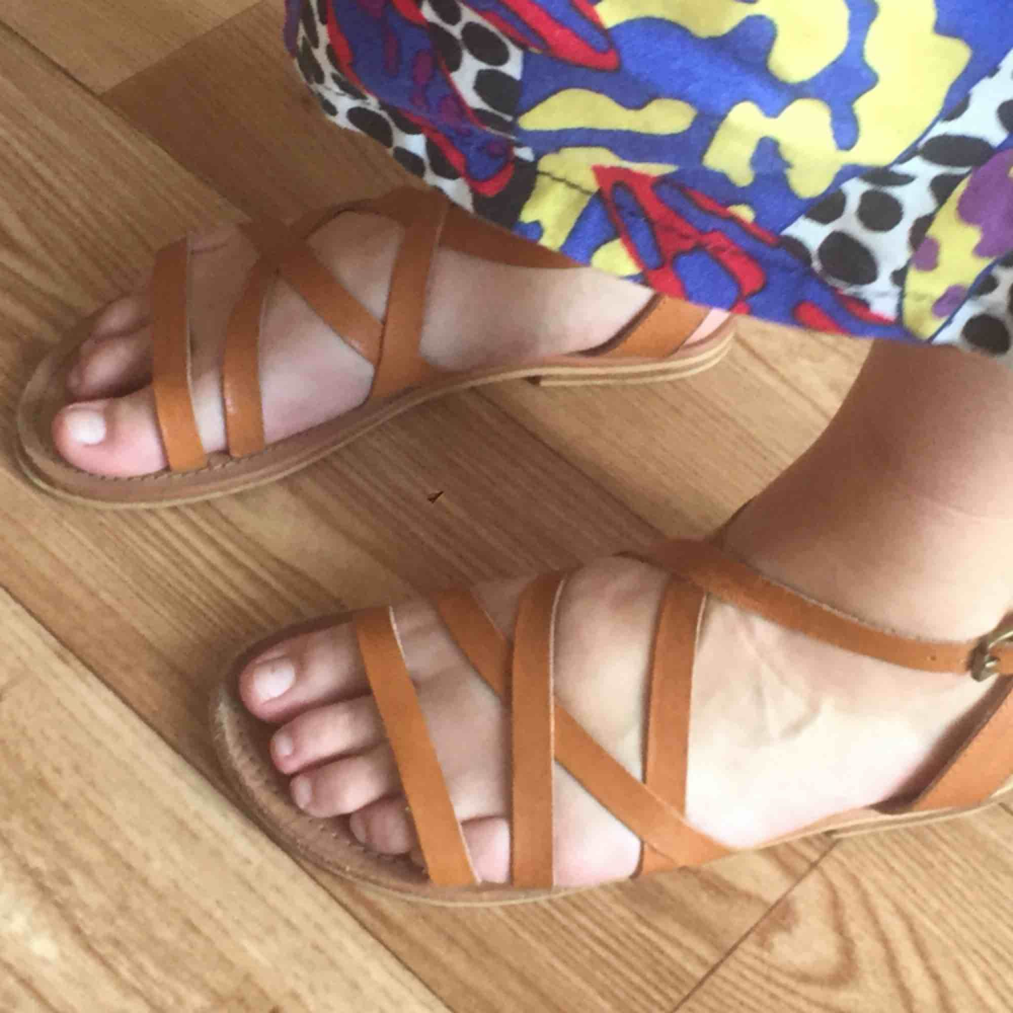 Sandaler i läder från indiska! Använd en sommar men är i mycket gott skick! Frakt: 63 kr. Skor.