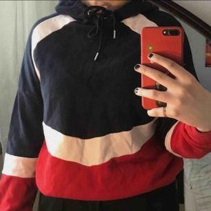 Säljer denna väldigt fina tunna hoodie från h&m i stolek XS ,men känns mer som en S/M, använd kanske 4 gånger så i väldigt fint skick ( fraktar endast, frakten ingår priset)<33