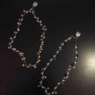 Korta fina halsband som tyvärr aldrig kommit till användning. Ett för 30 och båda för 50kr, köparen står för frakt 🌺  Edit: det orangea är sålt