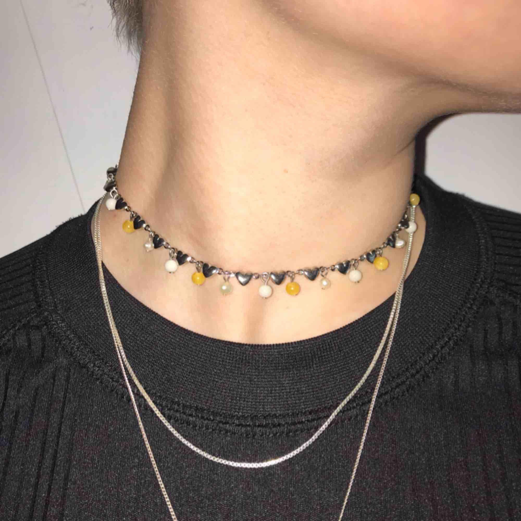Korta fina halsband som tyvärr aldrig kommit till användning. Ett för 30 och båda för 50kr, köparen står för frakt 🌺  Edit: det orangea är sålt . Accessoarer.