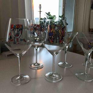 Carolina Gynning glas! 3 stycken rödvin och 3 stycket martini. Pris går att diskutera samt eventuellt paketpris :) använda endast ett par gånger!