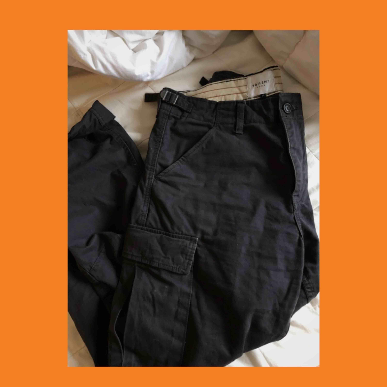 Tjeeena😁säljer mina älskade cargopants från carlings pga att dem har blivit för stora😢Köpte dem på herravdelningen, vilket innebär att dem sitter större än vad en dammodell hade gjort. Tar gärna swish och frakt ligger på 60kr:)))). Jeans & Byxor.