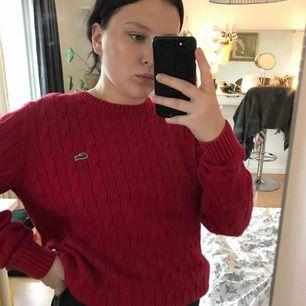 En skitsnygg Lacoste tröja. Storleken är 4 och typ som en M, jag är en S och på mig är den oversized och sitter as snyggt 💛 Nypris 1500kr  Mitt pris 250kr