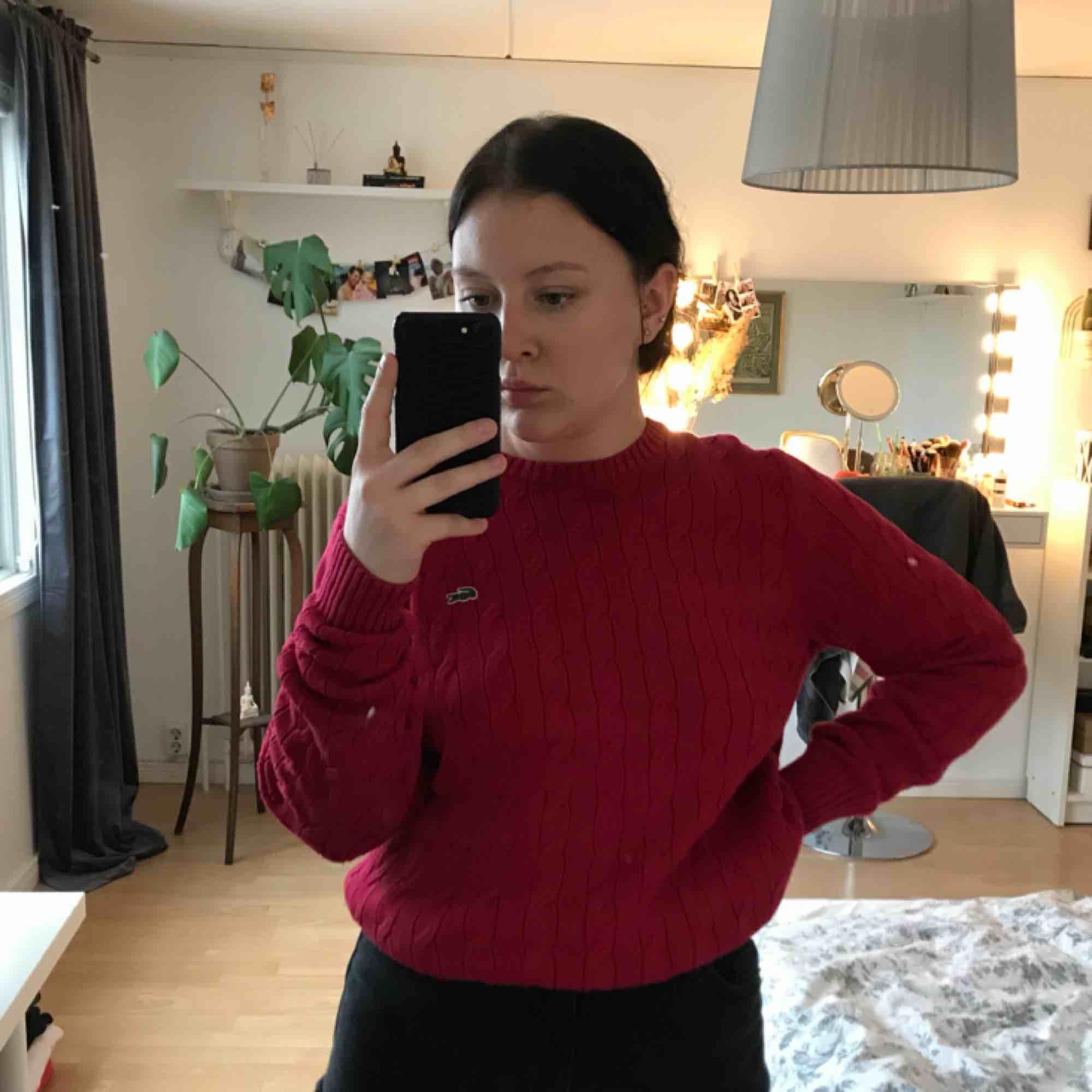 En skitsnygg Lacoste tröja. Storleken är 4 och typ som en M, jag är en S och på mig är den oversized och sitter as snyggt 💛 Nypris 1500kr  Mitt pris 250kr. Tröjor & Koftor.