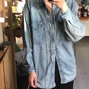 Levi's skjorta i small. Köpt second hand! I göteborg eller skickas mot frakt (63kr)