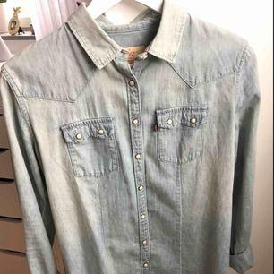 Säljer en super fin jeans skjorta från Levis storlek s