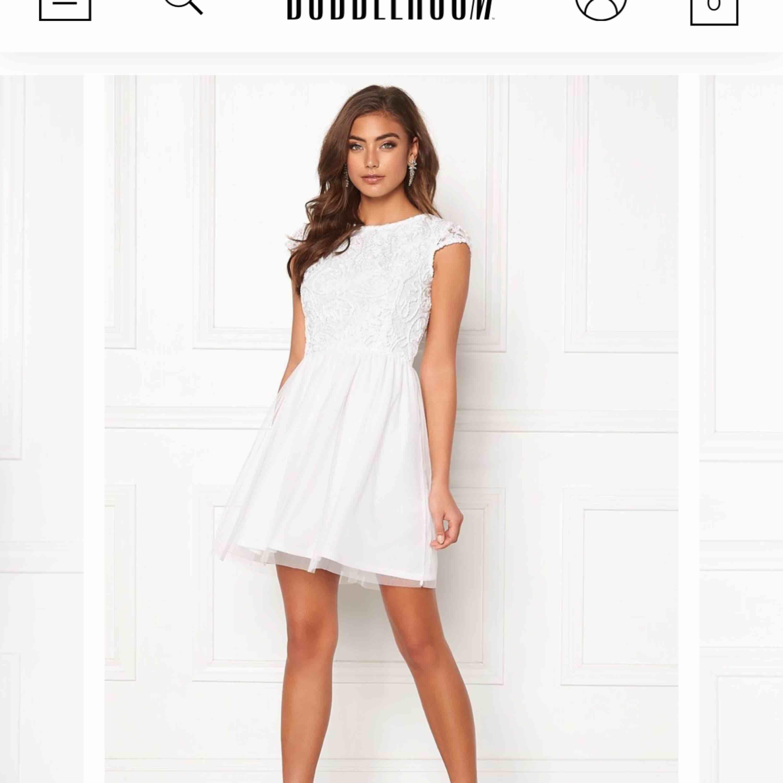 Klänning från bubbleroom i storlek XS  Aldrig använd, nypris 500kr Säljs då jag inte hann skicka tillbaka. Klänningar.