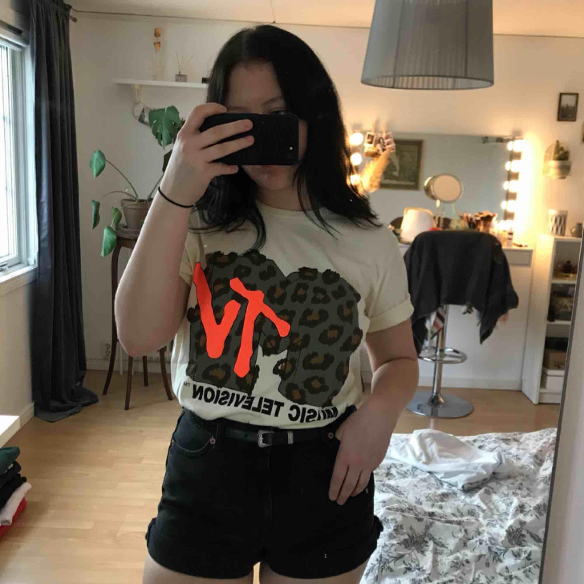 En ny T-shirt med snyggt tryck (aldrig använd). Storleken är L men passar alla, jag är en S och jag gillar att den är lite stor💛. T-shirts.