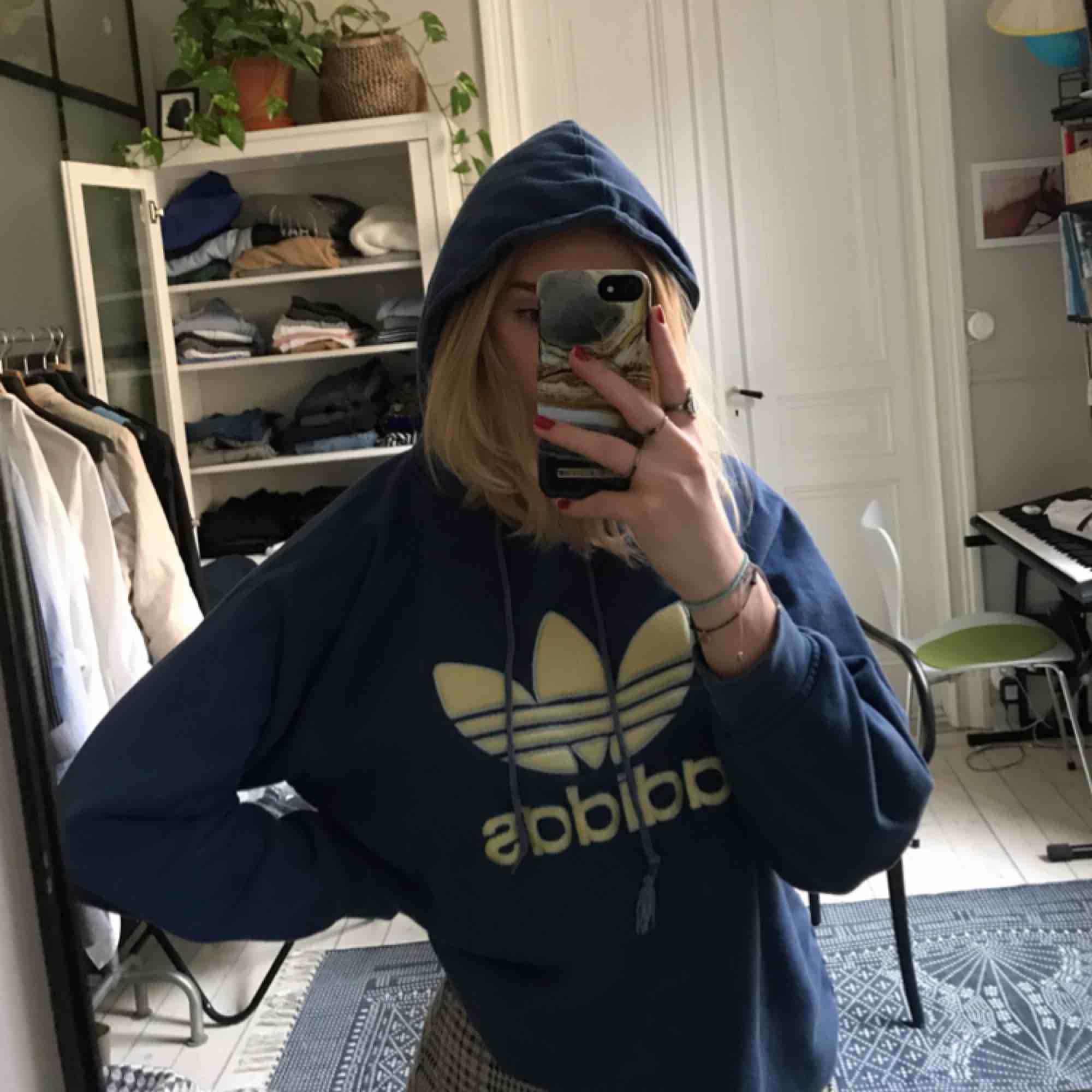 En mysig Adidas hoodie! Inte alls mkt använd, bra skick!. Huvtröjor & Träningströjor.