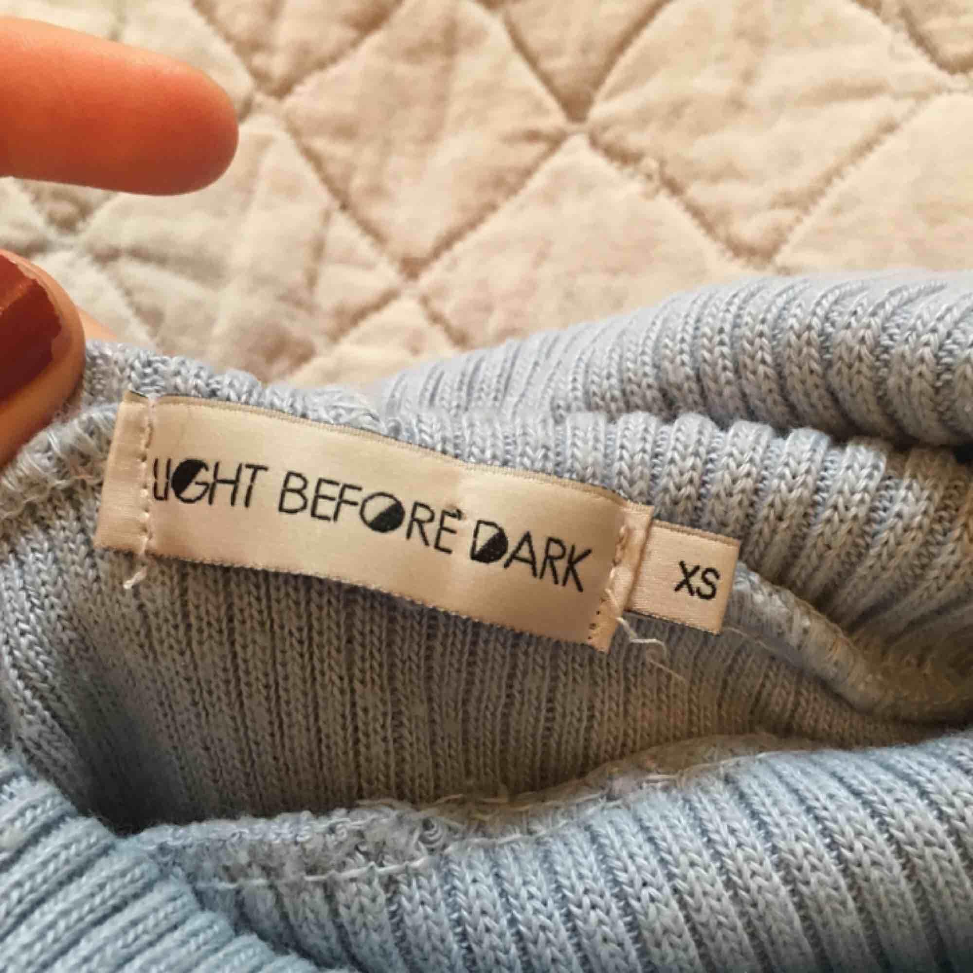 Så fin ljusblå polotröja från Urban Outfitters! Ganska tunn och ribbad, men varm. . Huvtröjor & Träningströjor.