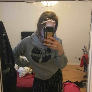 en grå wu-tang hoodie med luva och tryck, strl l men skulle mer säga att det är en S/XS