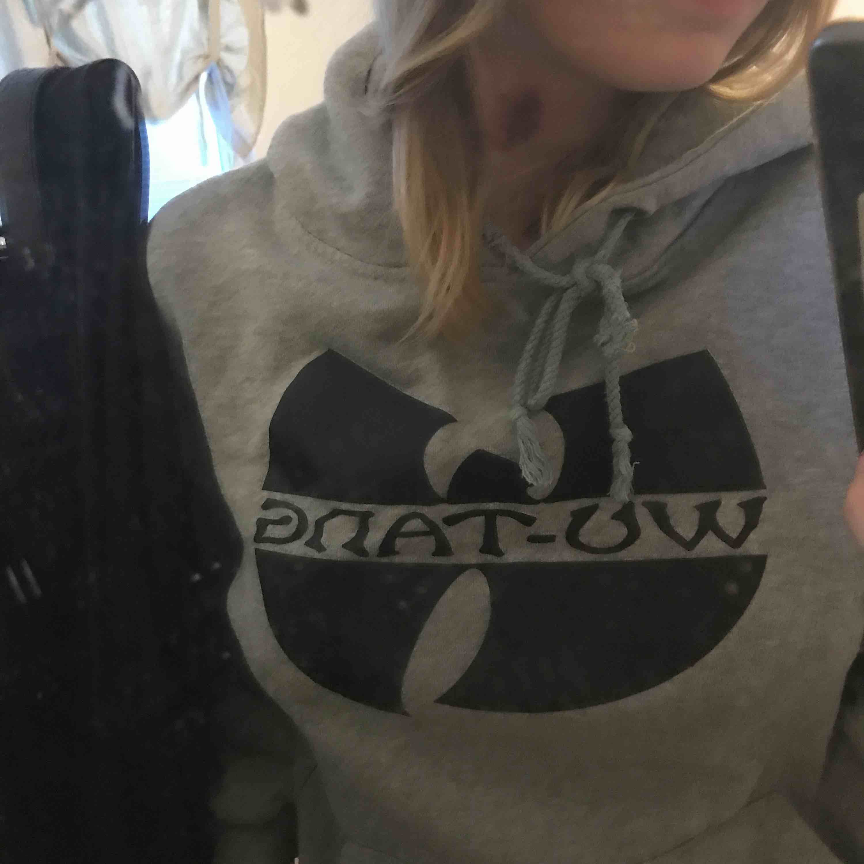 en grå wu-tang hoodie med luva och tryck, strl l men skulle mer säga att det är en S/XS. Huvtröjor & Träningströjor.