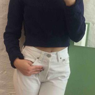 Mörkblå croppad collegetröja från Weekday. Så snygg till ett par högmidjade jeans!