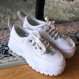 Snygga sneakers med platå som är helt oanvända pga fel storlek. Storlek 40 men liten i storleken så mer en 39a. Köparen står för frakt, har swish ✨