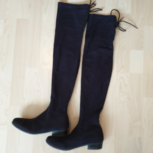 Over knee boots i gott skick, endast använda en säsong. Liten storlek 39, passar mig som har storlek 38.  Kan hämtas i Lund, Malmö eller Eslöv eller fraktas mot att köparen står för fraktkostnaden. Jag tar dock ej ansvar för varan när den är inlämnad!