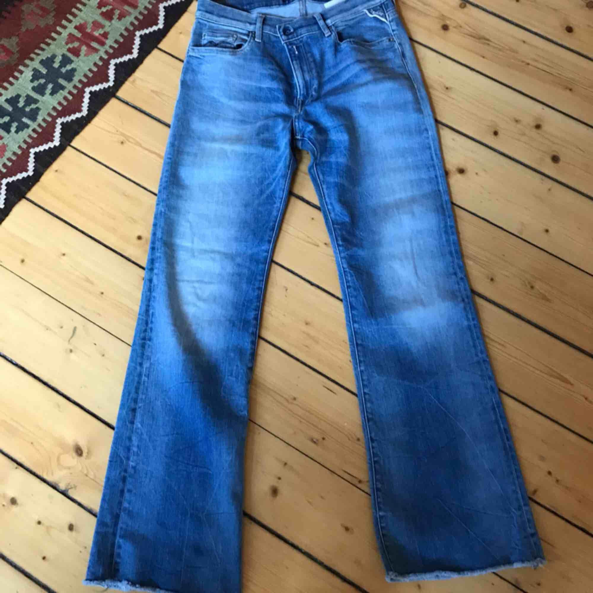 Flared jeans köpta från Replay. Liiite för korta för mig som är 165 så passar säkert perfekt på dig som är runt 160!!:) Storlek 27 i midjan och sitter snyggt i rumpan och runt låren.. Jeans & Byxor.