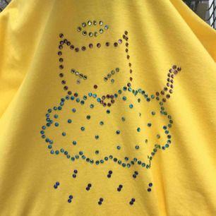 Gul T shirt i XXL i bomull. Köpare betalar frakt alt möts upp i Stockholm.