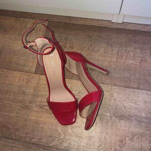 En röd läder klack som passar alla tillfällen.  Knappt använt.  Säljer pga ingen användning.