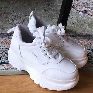 Helt nya oanvända sneakers i fakeskinn med platå. Storlek 38, säljer pga har likadana. Superfina och lätta, köparen står för frakt, har swish ✨