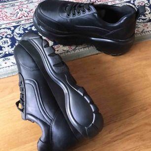 Helt nya oanvända sneakers i fakeskinn med platå. Storlek 38, säljer pga har likadana. Superfina och lätta, köparen står för frakt, 100kr, har swish ✨