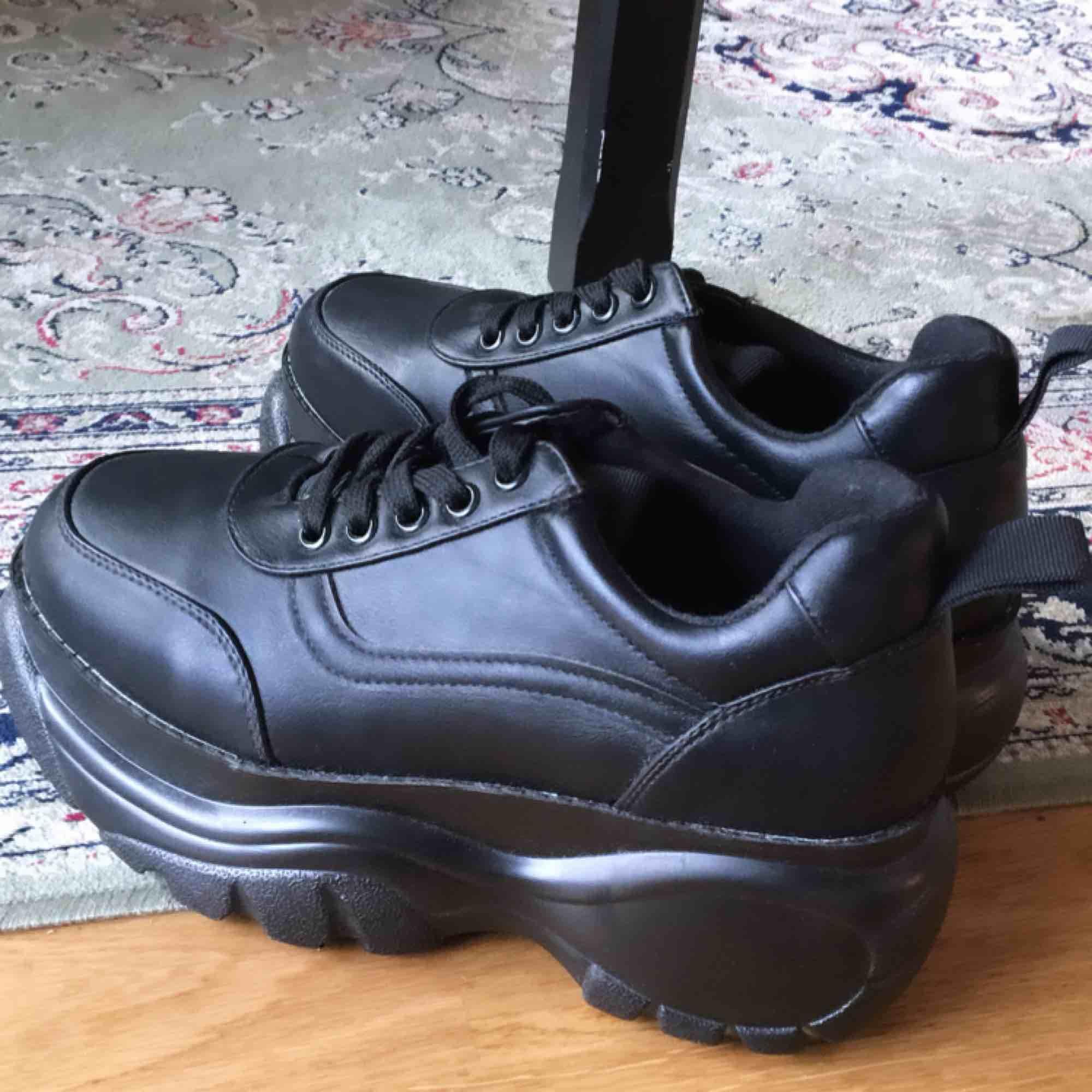 Helt nya oanvända sneakers i fakeskinn med platå. Storlek 38, säljer pga har likadana. Superfina och lätta, köparen står för frakt, 100kr, har swish ✨. Skor.