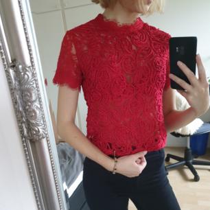 Mycket fin röd tröja i spets. Kortare i modellen med dragkedja i ryggen. Storlek S/XS.  Kan hämtas i Lund, Malmö eller Eslöv eller fraktas mot att köparen står för fraktkostnaden. Jag tar dock ej ansvar för varan när den är inlämnad!