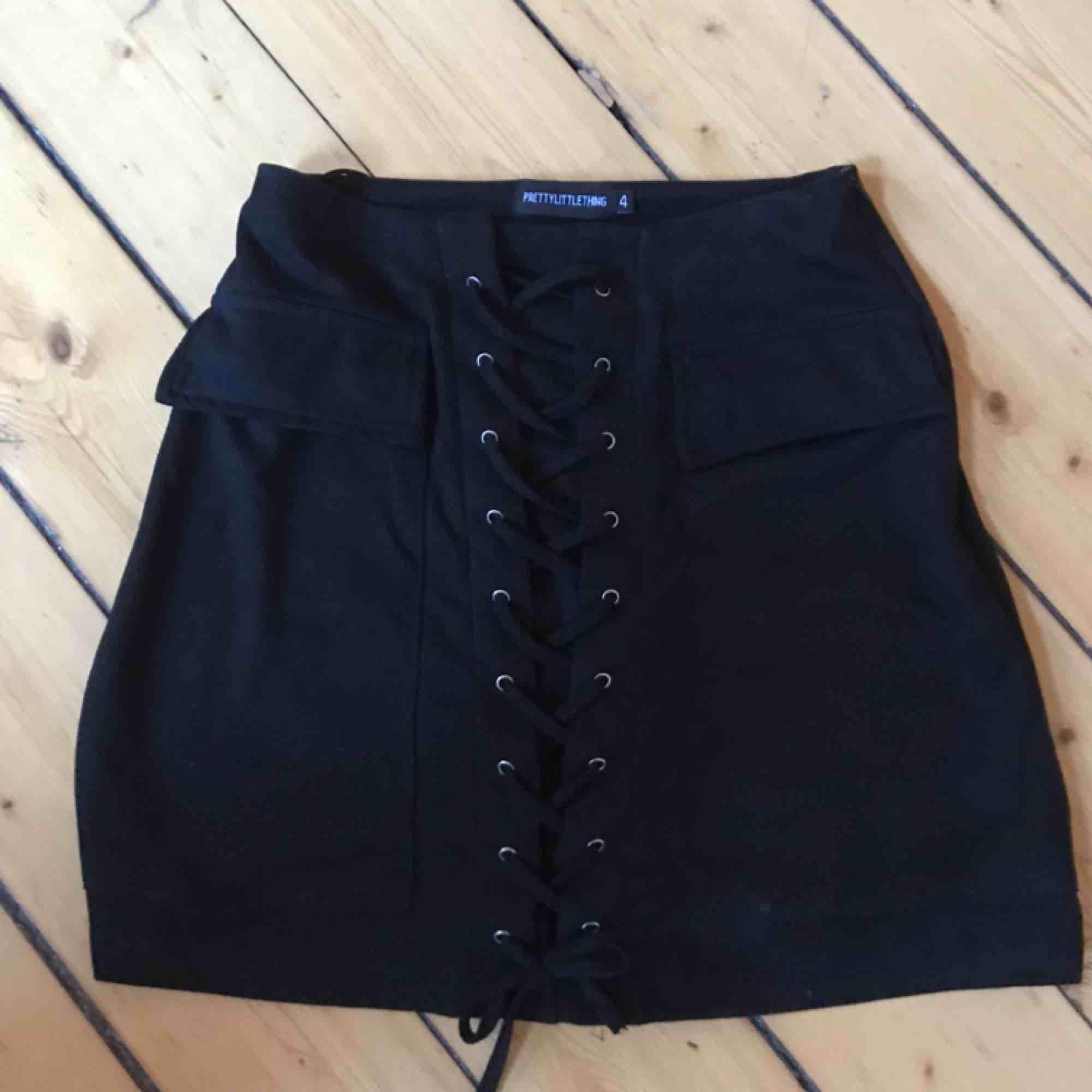 Fin kjol med knytning! Köpt här på plick men den var lite för liten. Sitter tajt men går att knyta tajtare eller lösare beroende på hur man vill ha den. Perfekt till sommaren . Kjolar.