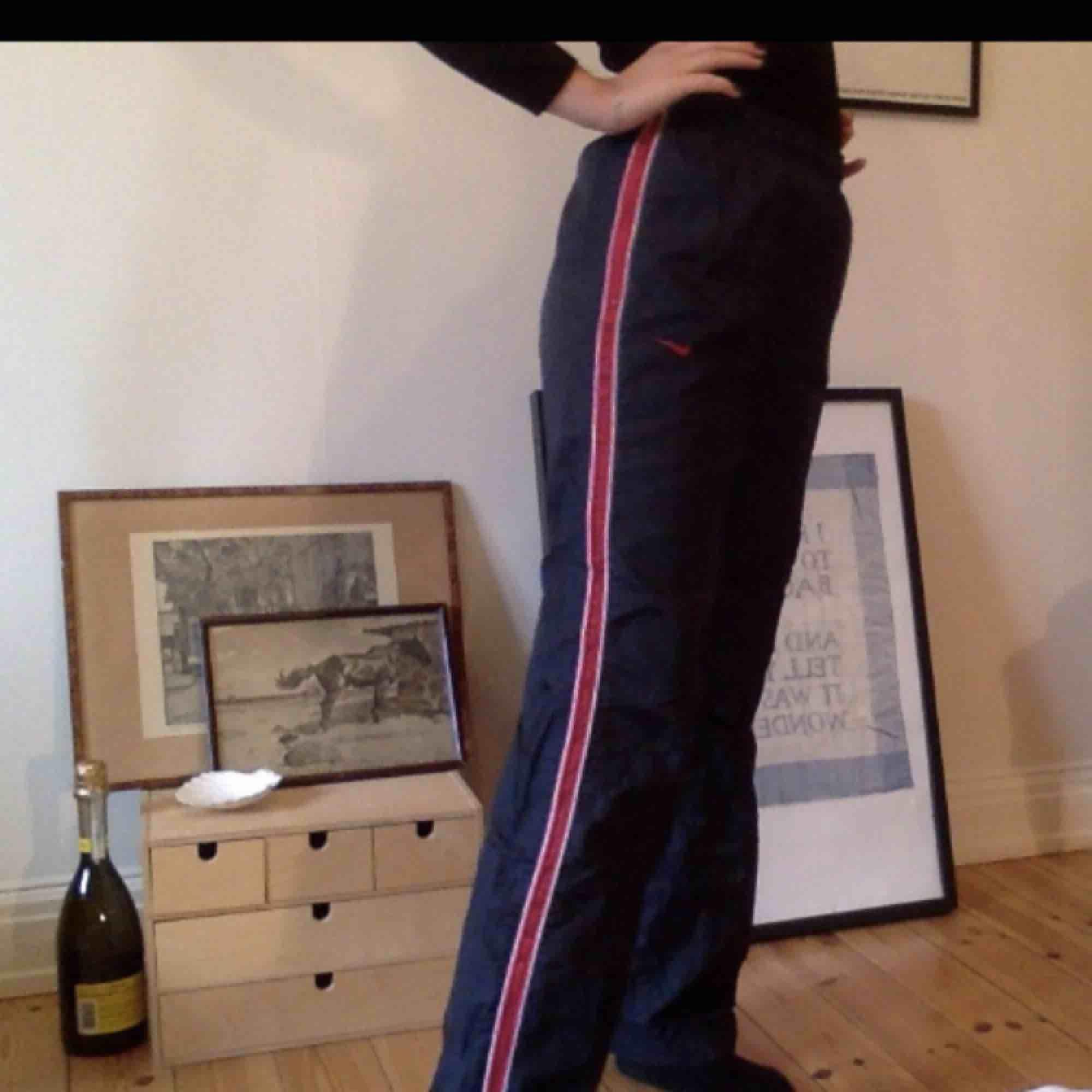 Asballa trackpants från nike köpta second hand. Så sköna och unika! Finns ett litet hål (se sista bilden) på ena benet, därav det billiga priset, men det går lätt att laga. . Jeans & Byxor.