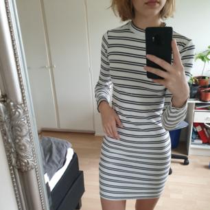 Långärmad, randig klänning med lite högre hals i storlek XS.  Kan hämtas i Lund, Malmö eller Eslöv eller fraktas mot att köparen står för fraktkostnaden. Jag tar dock ej ansvar för varan när den är inlämnad!