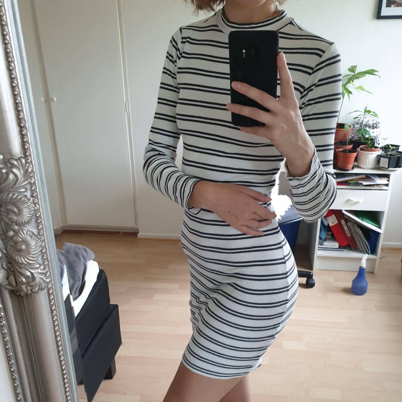 Långärmad, randig klänning med lite högre hals i storlek XS.  Kan hämtas i Lund, Malmö eller Eslöv eller fraktas mot att köparen står för fraktkostnaden. Jag tar dock ej ansvar för varan när den är inlämnad!. Klänningar.