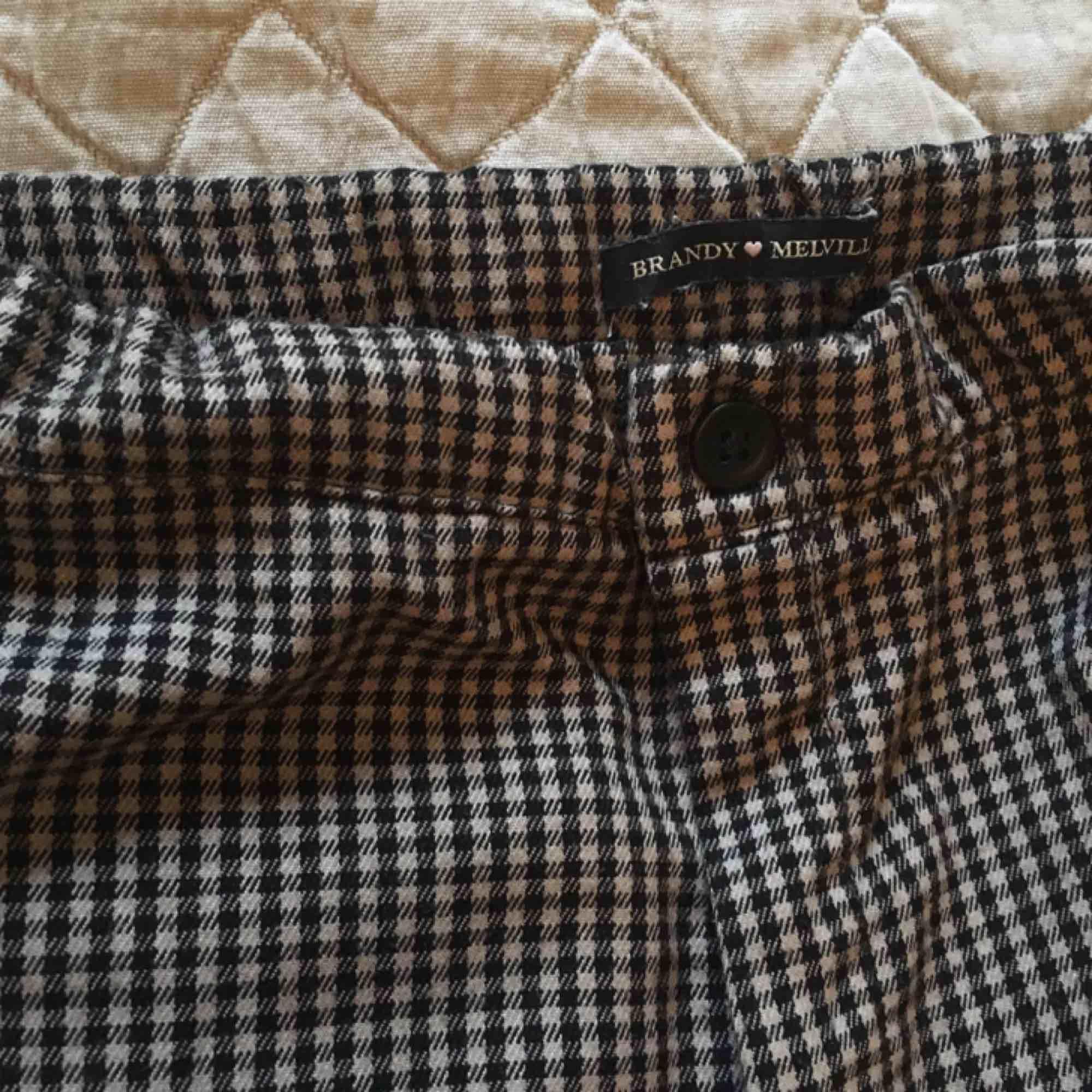Supersköna rutiga brallor från Brandy Melville! Storleken är one size, men passar nog en xs bäst. . Jeans & Byxor.