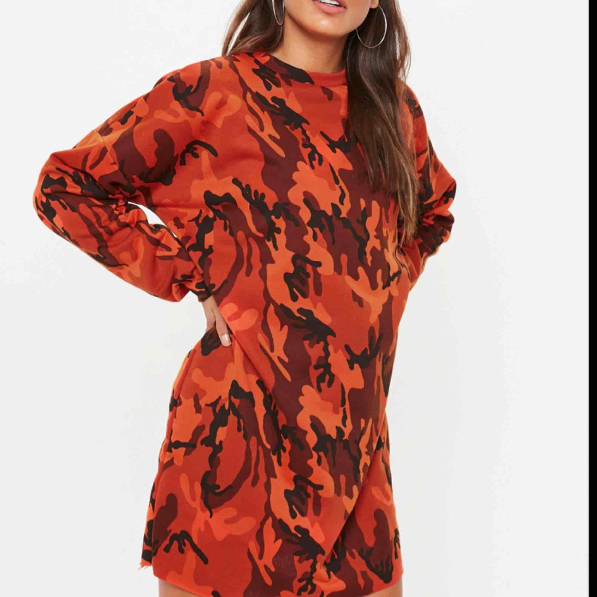 Snygg lång tröja/klänning i camo, orange i färgen och rå kant. Storlek Medium, lite oversize och helt ny endast testad, köparen står för frakt, har swish ✨. Huvtröjor & Träningströjor.