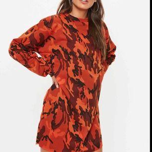 Snygg lång tröja/klänning i camo, orange i färgen och rå kant. Storlek Medium, lite oversize och helt ny endast testad, köparen står för frakt, har swish ✨