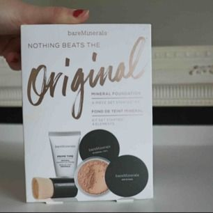Unused and unopened bareMinerals 4-piece get started kit in the shade medium beige 12. The package contains a primer, foundation with SPF 15, original mineral veil, and finish brush. 🛒 kan möttas i Helsingborg. Frakt är inte säkert.